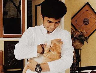 Raihan Khan Dengan Kucingnya