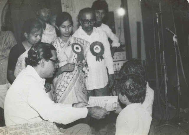 swaraj bharti accepting prize for singing event, 1987