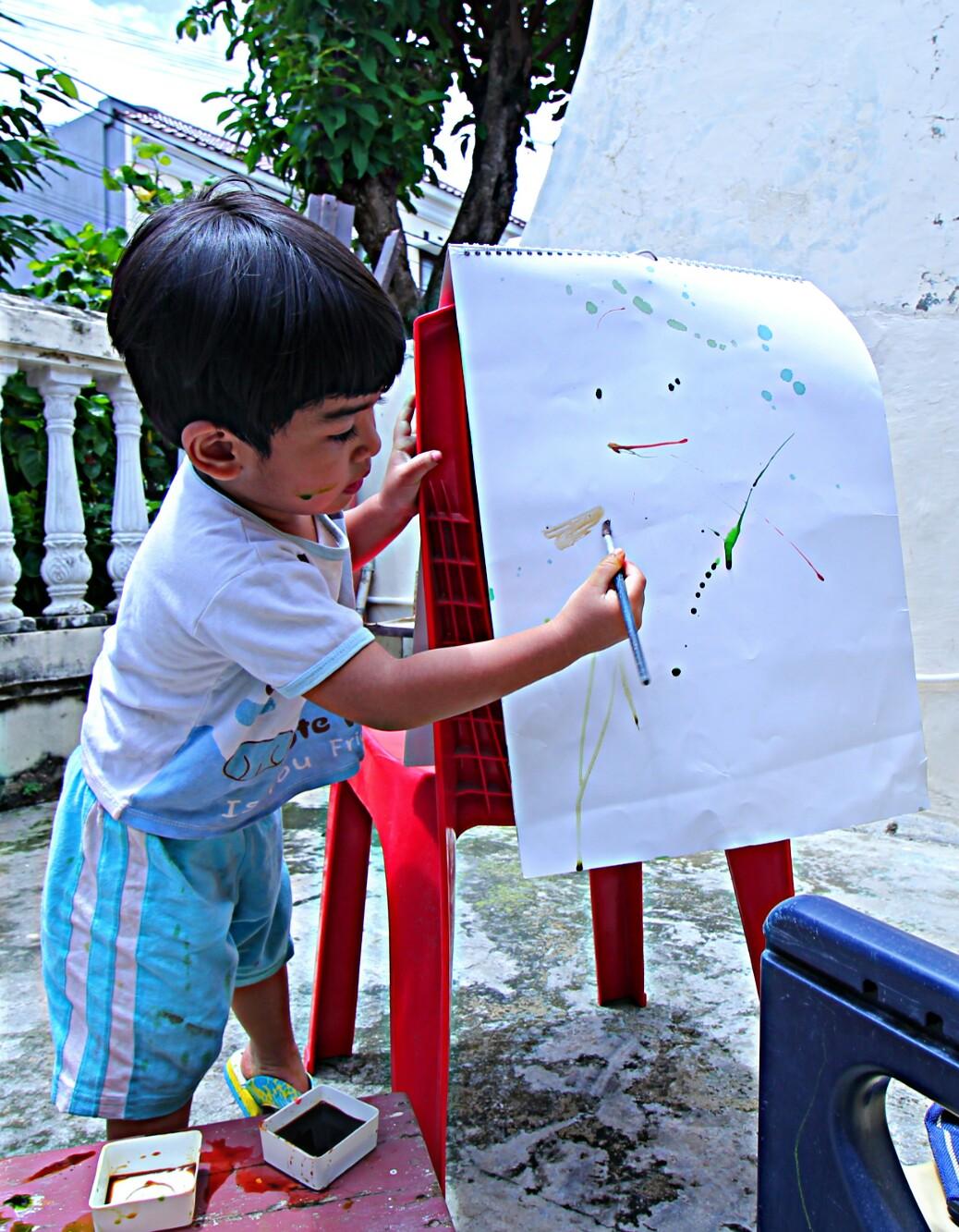 Oia dengan pensil Staedtler yang berbentuk segitiga anak akan lebih mudah untuk memegangnya serta melatih kekuatan jarinya untuk itu selain pensil untuk