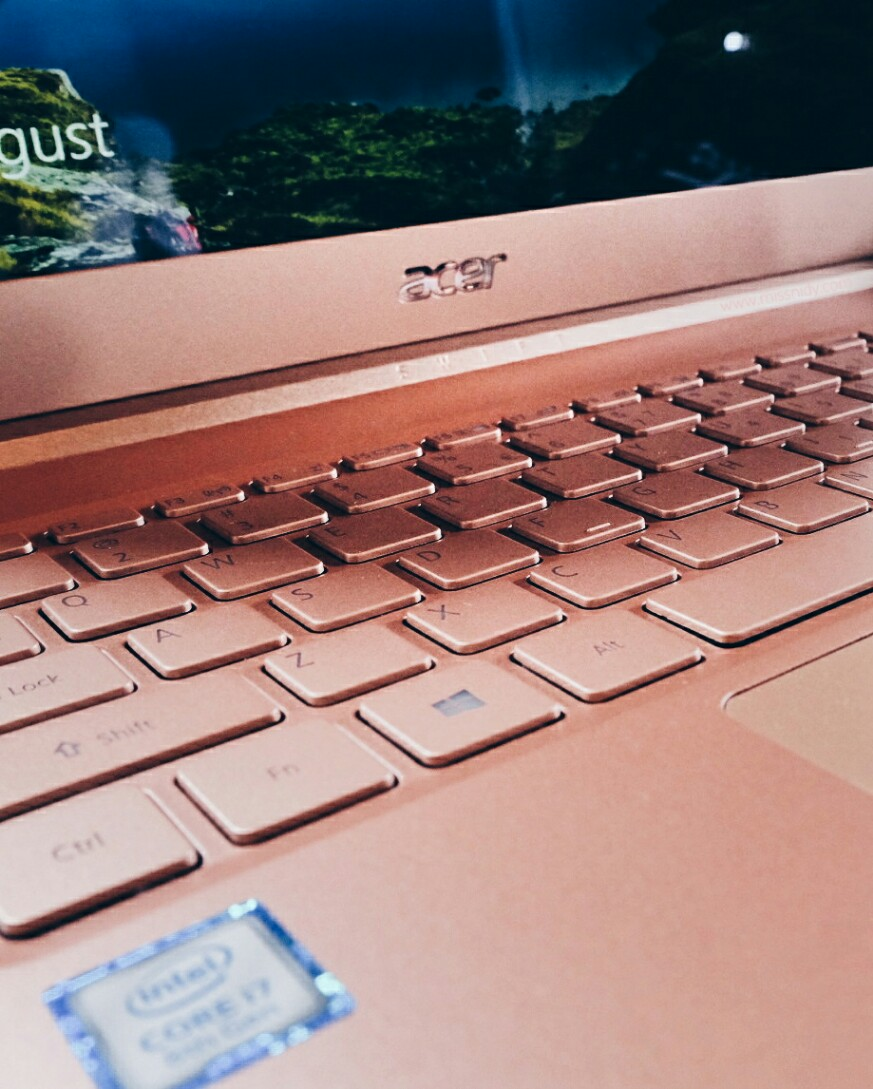 laptop acer warna rose gold