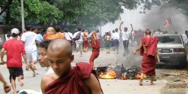 Biadab! Muslim Rohingya Dilempari Batu-Bata oleh Ratusan Kafir Ektrimis Buddha Hingga Tewas