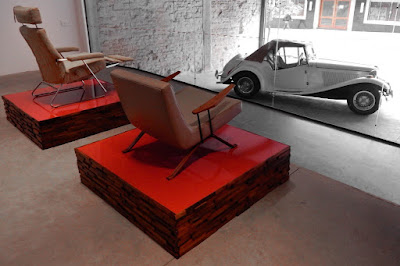 A poltrona Adele, da década de 2010, faz par com a MP-1 de 1961, diante do automóvel MP Lafer dos anos de 1970.