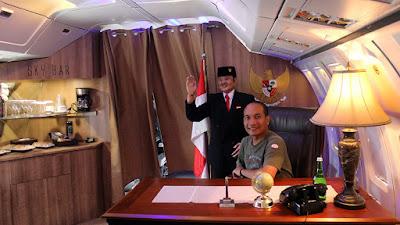 Berfoto layaknya presiden di meja kerja Presiden dalam Pesawat Kepresidenan.