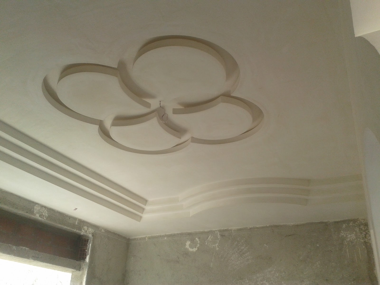 Faux plafond en pl tre pour une salon de meknes ms for Decoration plafond en platre