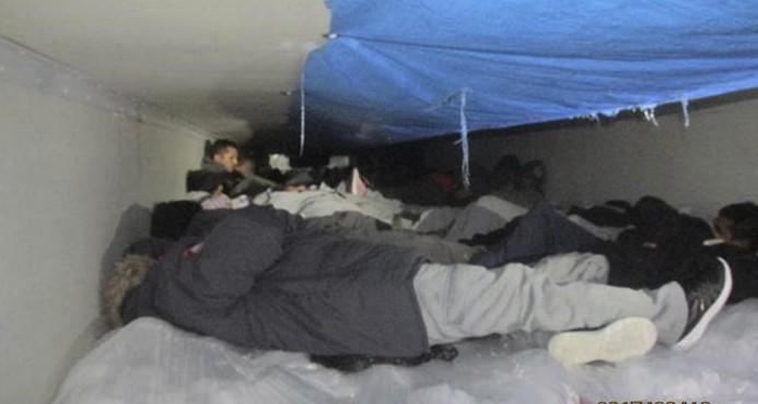 Hallan a 60 inmigrantes en camión refrigerado en Texas