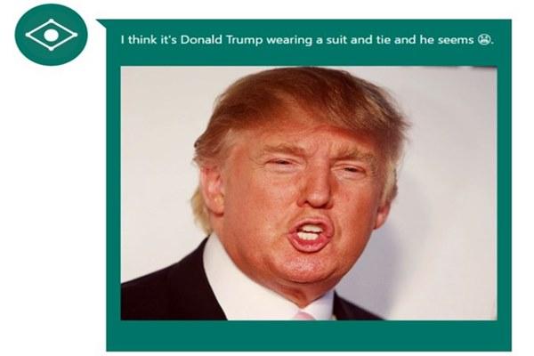 CaptionBot acertou em cheio: Donald Trump com uma gravata e uma cara de irritado