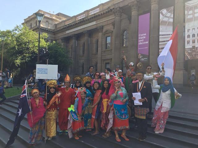 Sebagian anggota komunitas Indonesia yang ikut parade Australia Day. Foto: Ragil HTP.