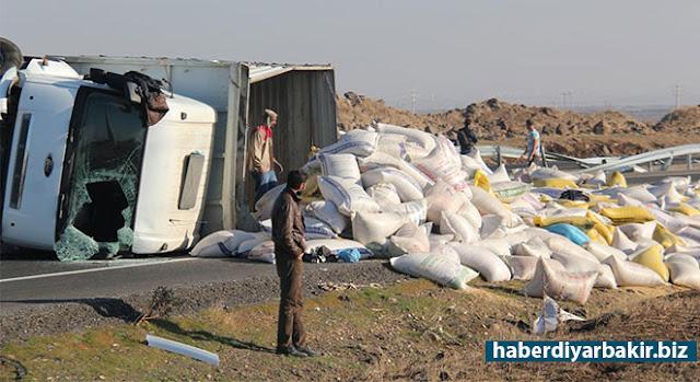 DİYARBAKIR-Diyarbakır'da sürücüsünün direksiyon hâkimiyetini kaybederek bariyerleri aşıp karşı şeride geçen hayvan yemi yüklü kamyon devrildi.