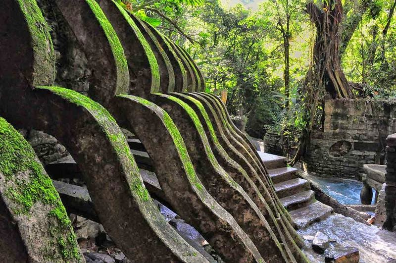 The Pools here are surrounded by repeated forms, with paths and steps taking you further down the valley.