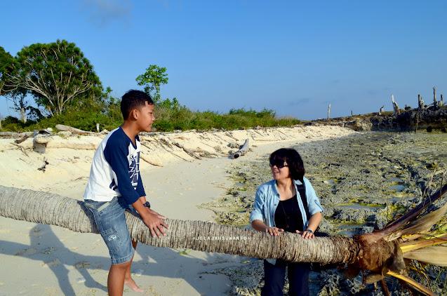 Bermain di batang nyiur di Pantai Lemo-Lemo