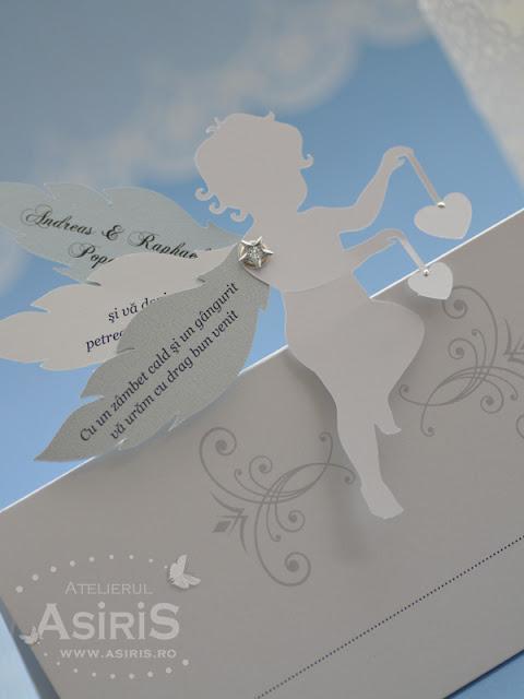 Detaliu place card cu ingeras 3D cu 3 aripi mobile si inimi in alb argintiu si bleu sidefat