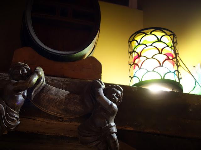 En janvier 2019, c'est le caviste « Cellier Saint Germain » qui installe aussi la belle lanterne !
