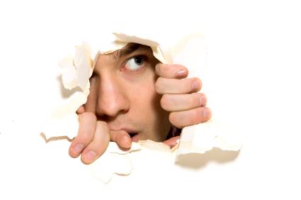 hombre escondido porque no puede superar la timidez