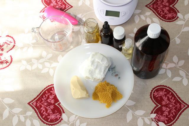 En la imagen podemos ver varias botellas con aceites macerados, mantecas, cera y vitamina E