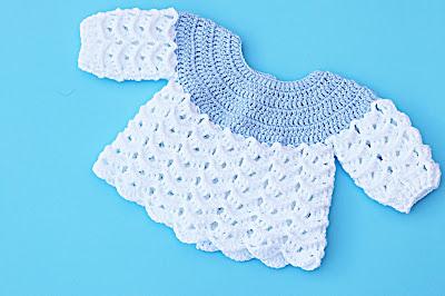 Imagen del Chambrita azul y blanca a crochet y ganchillo por Majovel crochet 1