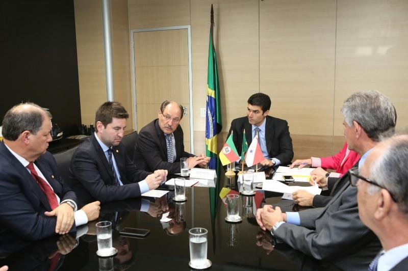 Sartori foi a Brasília para definir com o ministro da Integração Nacional, Helder Barbalho, alternativas para acelerar o socorro financeiro às cidades - Foto: Luiz Chaves/Palácio Piratini