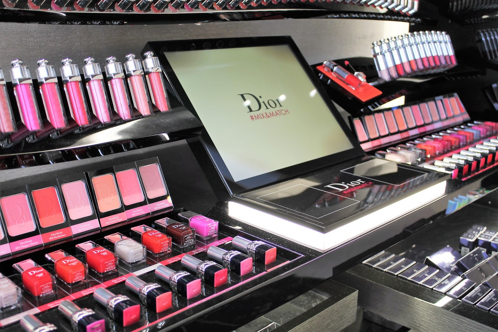 Dior makeup make up maquillage leçon parly 2 cours ambassadeurParly2 boutique nouvelle inauguration corner shop particulière mua muaddict dreamskin cushion rosy glow mascara diorshow overcurl mise en beauté soin le chesnay les gommettes de melo gommette collection privée mix&match vernis nails rose pink