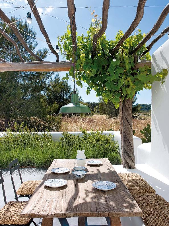 comedor de verano con mesa de madera al natural y sillas de hierro chicanddeco