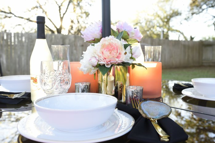 A gorgeous black, white and coral outdoor/backyard dining set-up. I love the everyday glam look this set has. | via monicawantsit.com