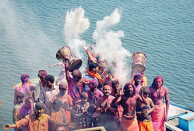 people play holi with ashes of funeral pyre in Kashi