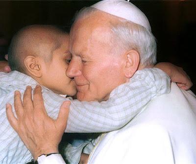Foto de Juan Pablo II recibiendo el saludo de un niño