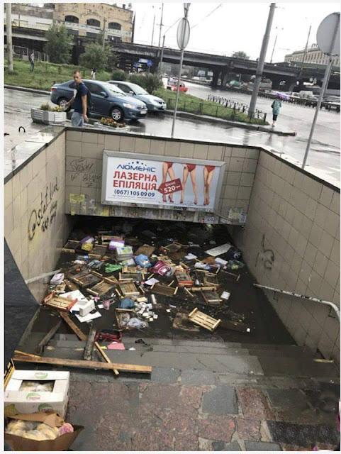мусор и вода в подземном переходе
