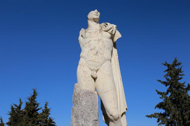 Estatua de Adriano en las ruinas romanas de Itálica