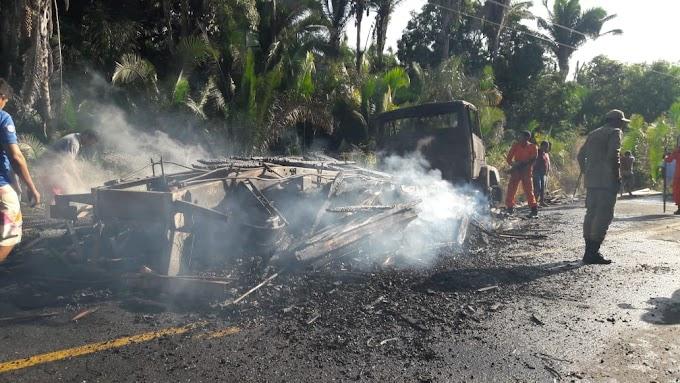 População ateia fogo em caminhão que se envolveu em acidente matando  duas pessoas na MA-230, entre Chapadinha em Anpurus