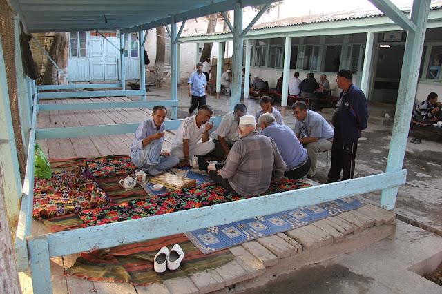 Tadjikistan, Khodjent, rue Shark, Panshambe Bazar, joueurs d'échecs, tapchane, tapshan, © L. Gigout, 2012