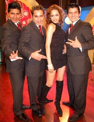 Foto de Mayra Goñi con otros cantantes