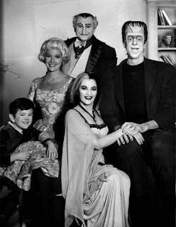 Fotografía en blanco y negro de la familia Monster con todos sus integrantes