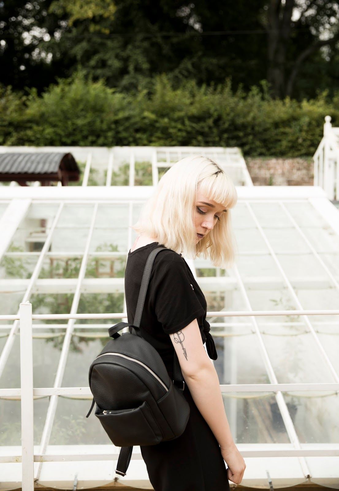 how-to-wear-basic-black-t-shirt