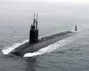 sebuah kapal selam yang sedang muncul ke permukaan
