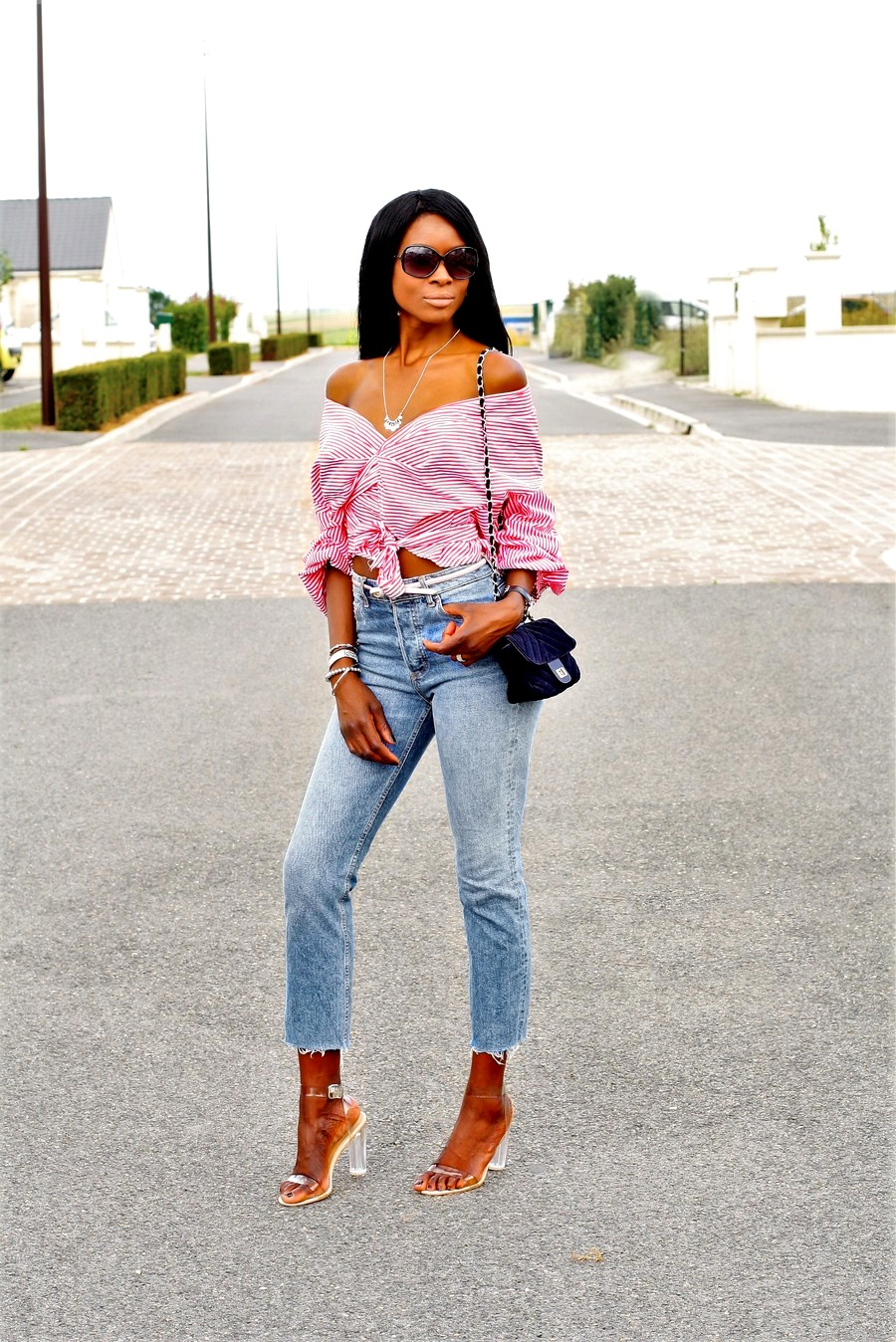 idee-look-blouse-cache-coeur-epaules-nues-johanna-ortiz-jeans-taille-haute