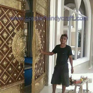 interior eksterior masjid tembaga dan kuningan