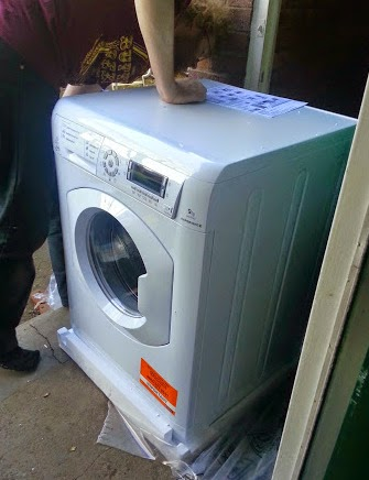 Hotpoint HULT 943 Washing Machine Review fitting into place