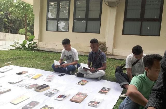 Lapak Baca Gratis di UNSRAT, Berbagi Buku Bacaan itu Indah