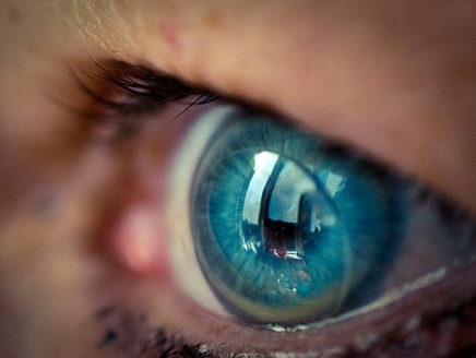 Lenses displays messages from the phone to the eye