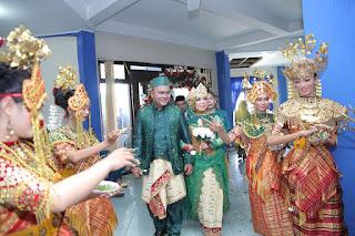 Orang Indonesia merayakan semuanya