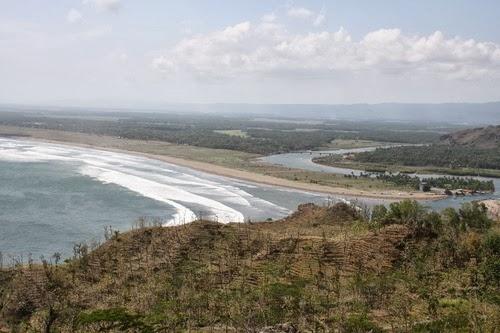 Eksotisme Pantai Ayah Kebumen