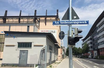 Taxi München Am  Ausbesserungswerk Strassenschild Motorworld im Hintergrund