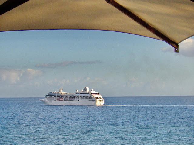 Sirena deixa o Funchal serenamente