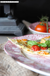 http://sophiasleuchttage.blogspot.de/2015/07/fixer-feierabend-tomaten-flammkuchen.html