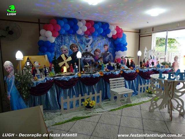 Decoração infantil tema Frozen em mesa tradicional super luxo forrada em tecido