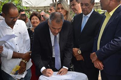 Comemorando o aniversário de Alagoinhas, prefeito Joaquim Neto assina ordens de serviço para as áreas de Infraestrutura e Educação