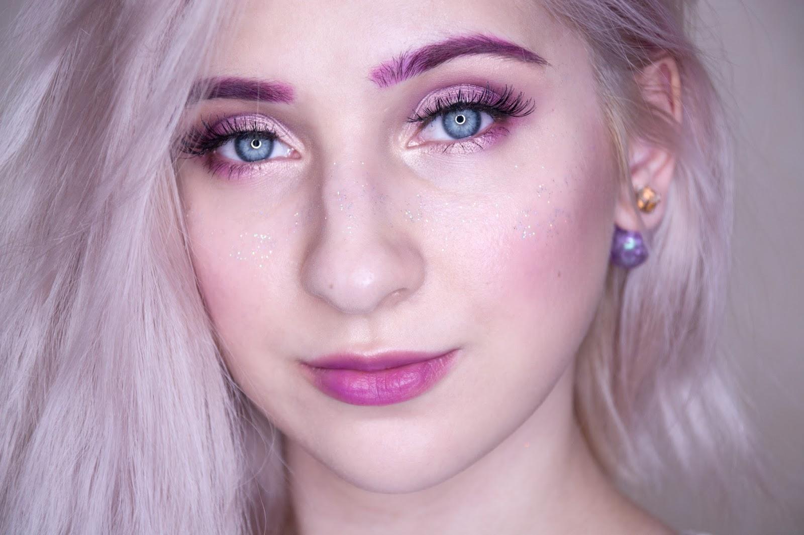 макияж с розовыми бровями