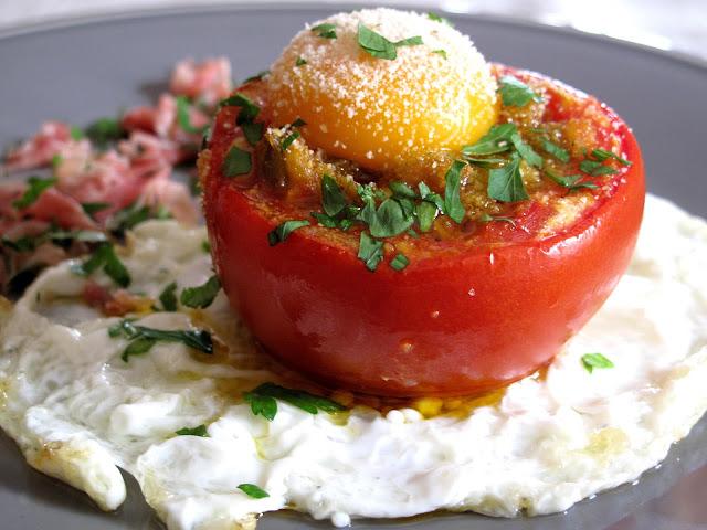 Tomates Rellenos Entre Huevos Fritos