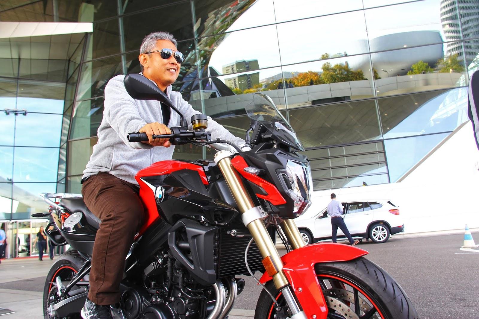 Bergambar dengan motor di BMW Museum & Welt, Munich
