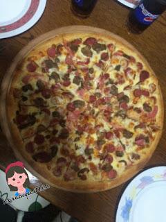 Pizza hamuru nu yaptık. Pizza sosu muzuda yaptık. Artık nefis pizzamızı yapmaya geldi sıra. Ne dersiniz ilk pizzamızı şöyle güzel bir karışık pizzayla yapalım mı?