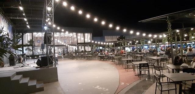 Menjajal Kuliner Malam di Kota Cinema Mall, panggung live musik